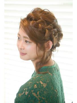 編み込みのヘアセットした女性